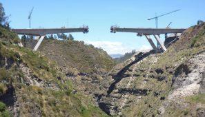 Puente sobre el río Chiche. Infraestructura de 210 m de vano central, récord de luz para esta tipología, sobre una quebrada de 137 m / Infrastructure with a 210-metre-long central span (record-breaking distance for this typology) over a 137 m ravine