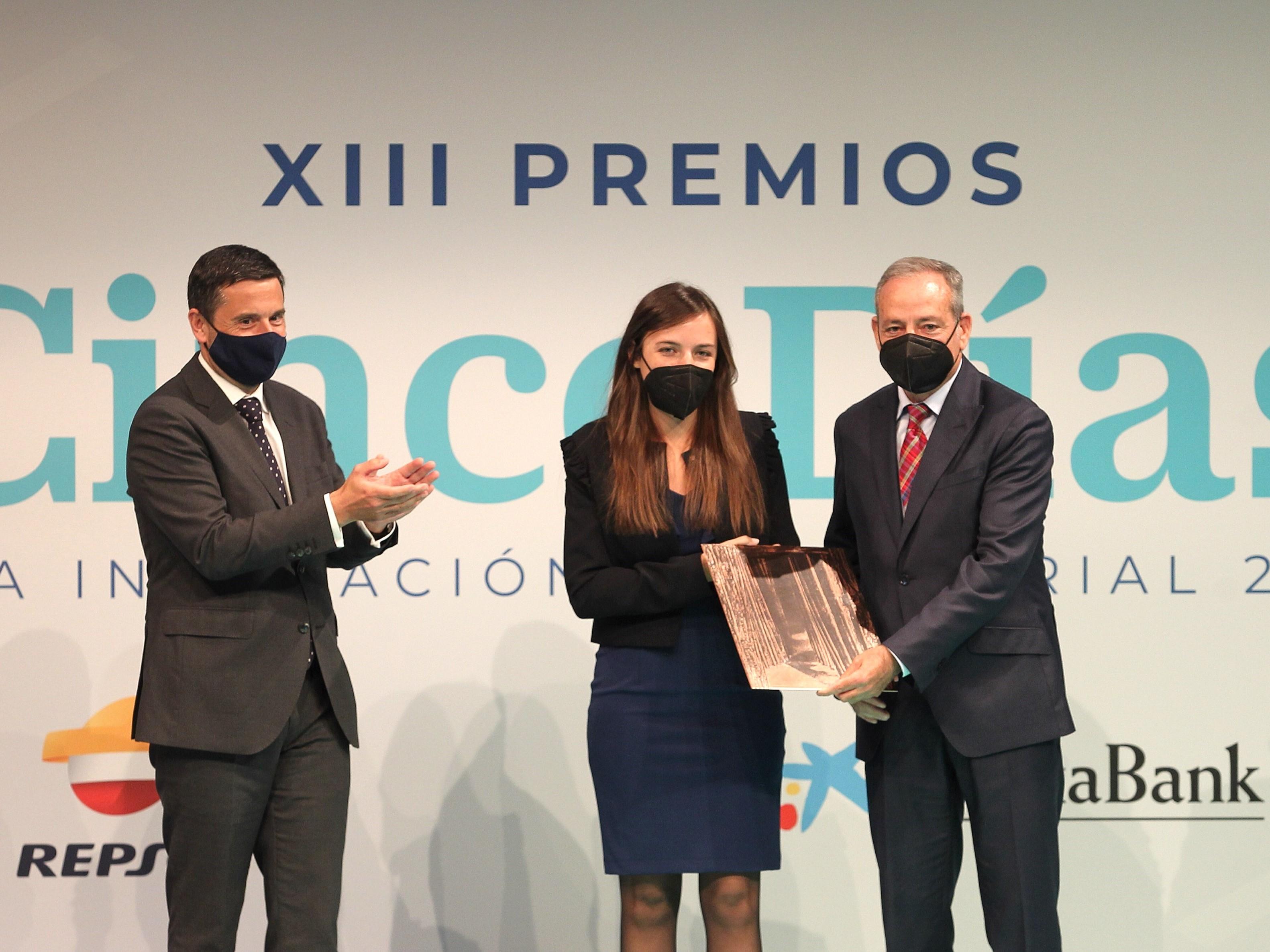 Cristina Ávila, responsable de sistemas de gestión e I+D+i de CHM; y Vicente Meseguer, director de empresas de CHM, recogiendo el galardón / Pablo Monge